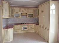 Кухня на заказ с глянцевыми фасадами из МДФ