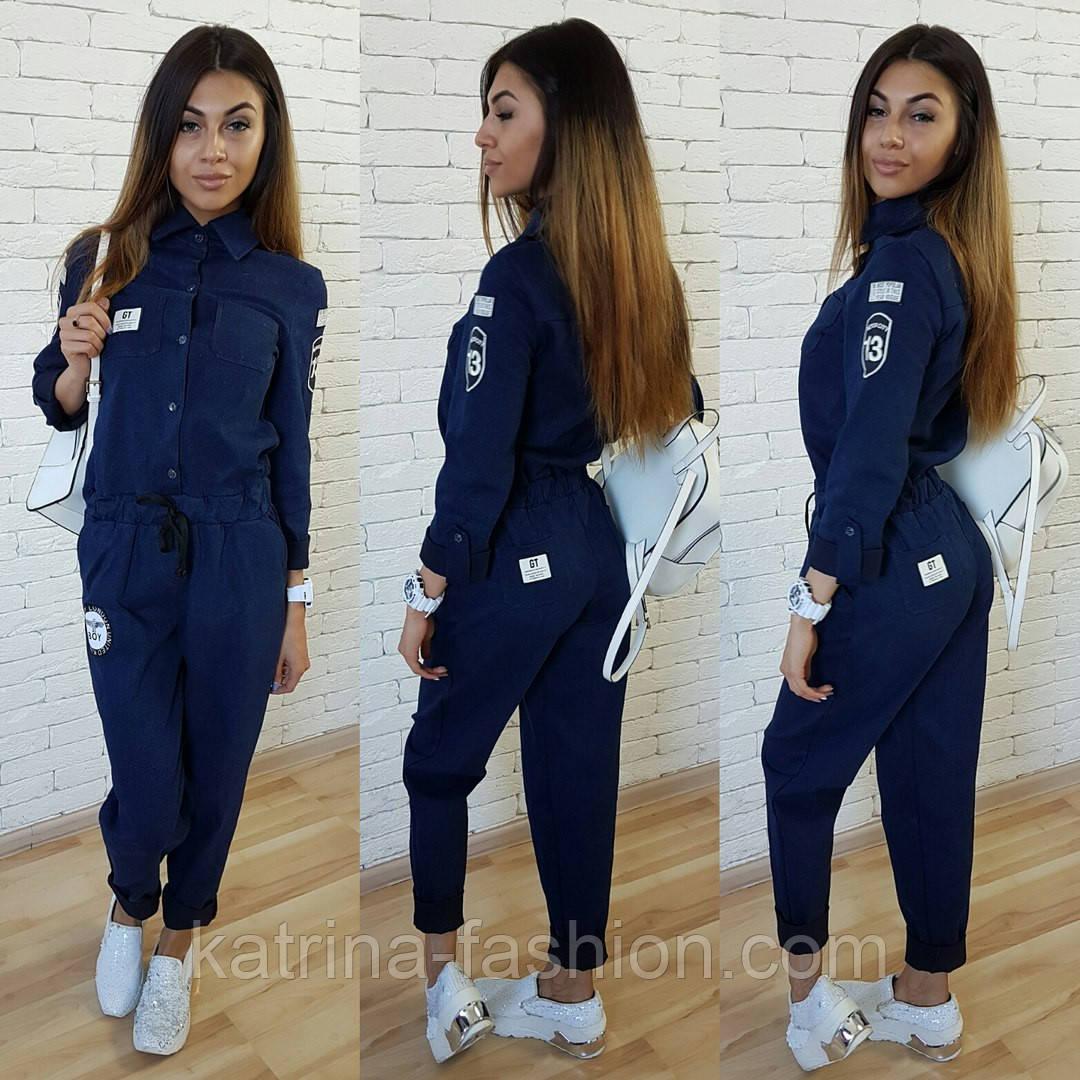 Женский стильный джинсовый комбез с нашивками