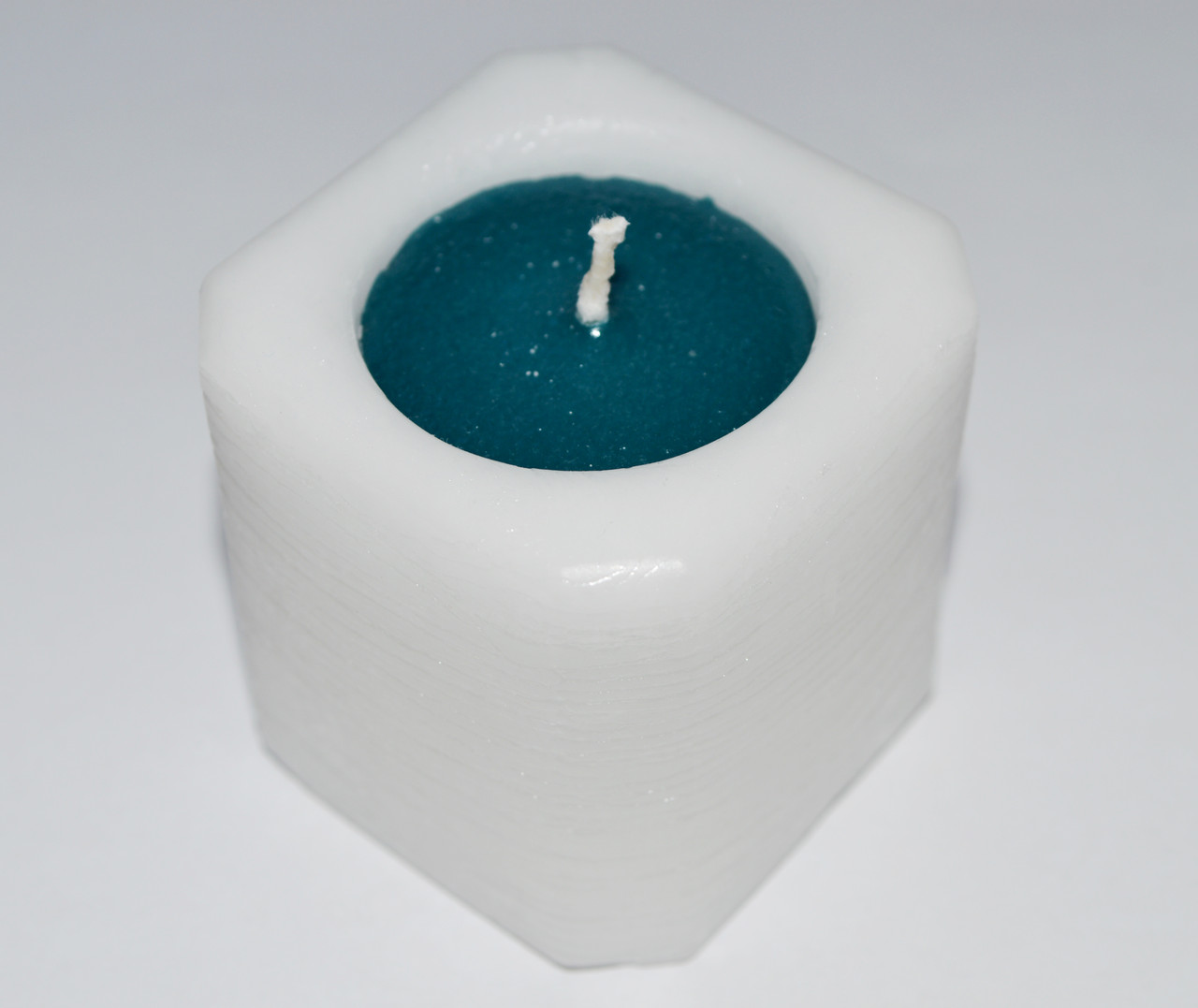 Свеча куб белый+изумрудный 47 х 47 мм