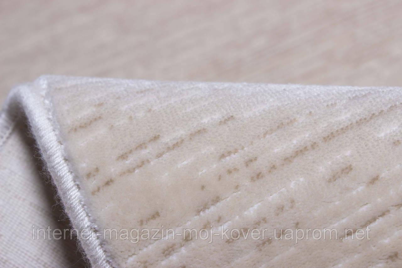 Акриловый ковер бежевого цвета однотонный