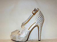 Босоножки женские стильные на каблуке серебряного цвета змеиный принт