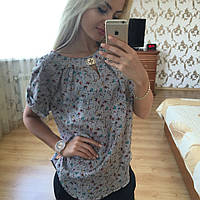 Элегантная блузка с золотистой брошью