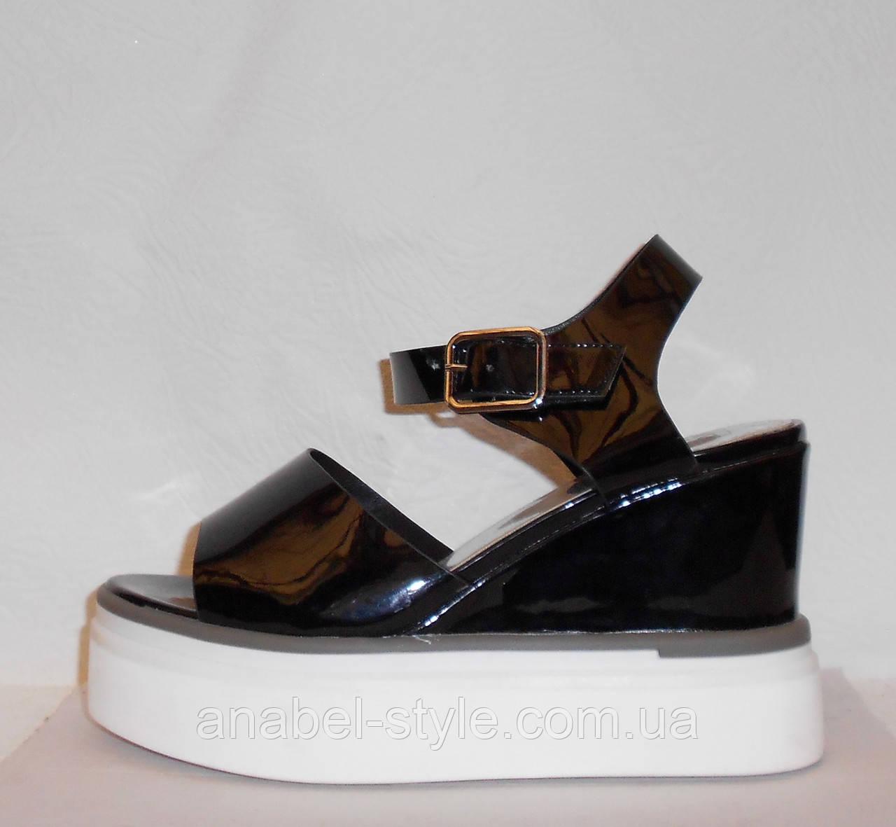 Сандалии женские стильные лаковые черного цвета