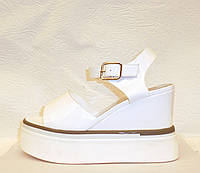 Сандали женские стильные лаковые белого цвета
