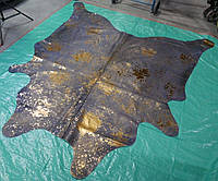 Серо синяя крашенная шкура коровы с брызгами золотой краски
