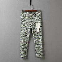 Стильные женские укороченные брюки с принтом зеленого цвета