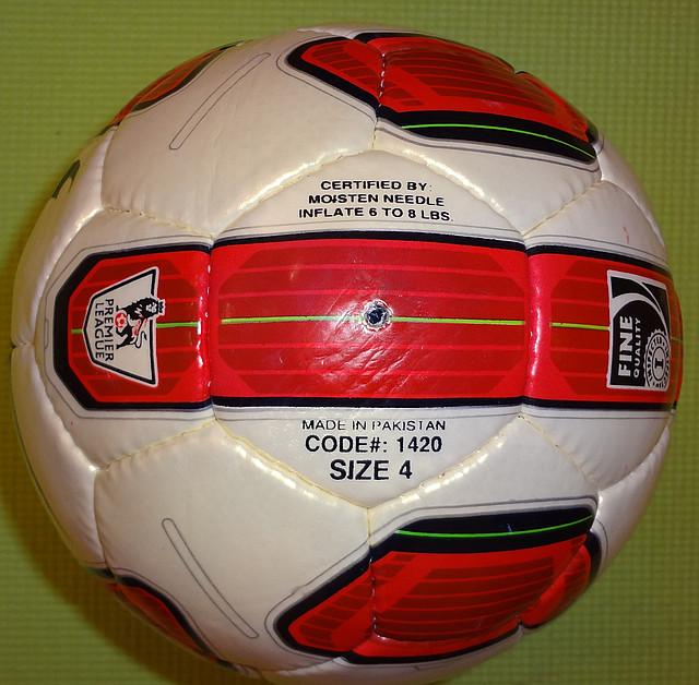 Футбольний м'яч№ 4 ламінований n1420, 5 шарів, пошитий рукамиз 32 панелей.