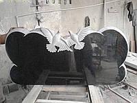 Памятник для двоих с голубями