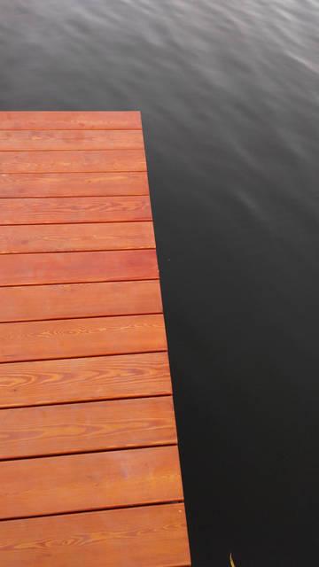 На платформе установлена палубная доска со скрытым крепежом ,размер доски по длине 4000 ,по ширине 144 ,по толщине 47 материал доски -лиственница .обработана специальными защитными покрытиями .