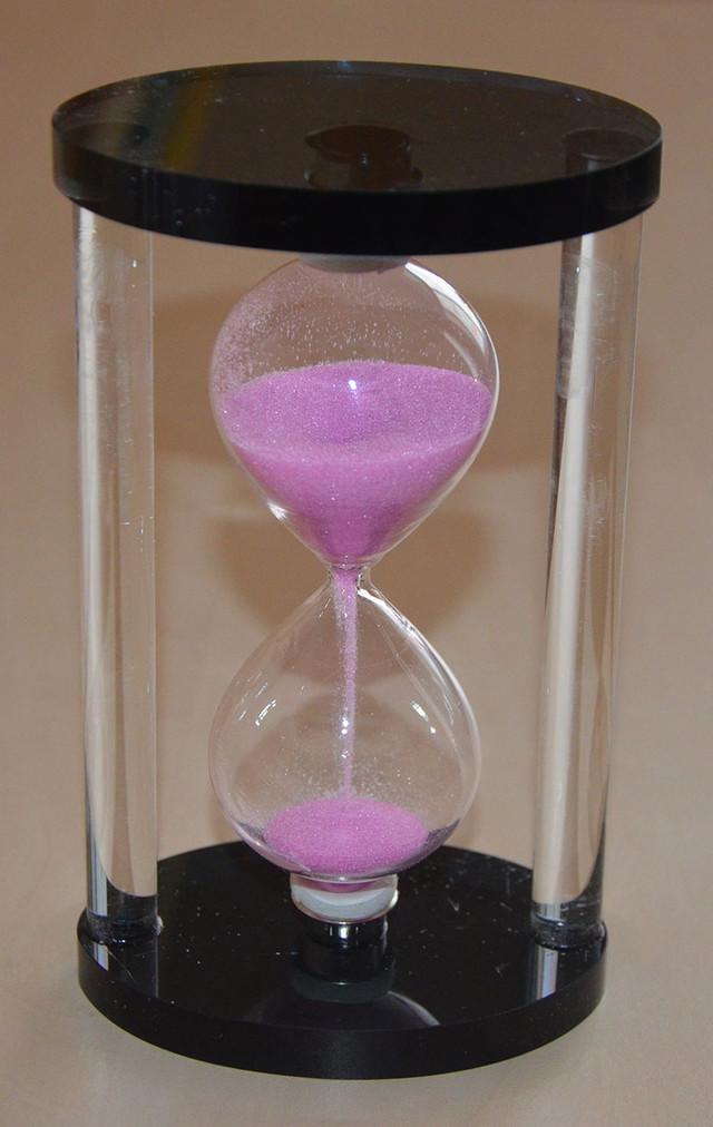 Стеклянные часы песочные