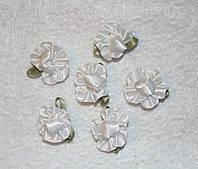 Атласная розочка с листиками белая 765  поштучно
