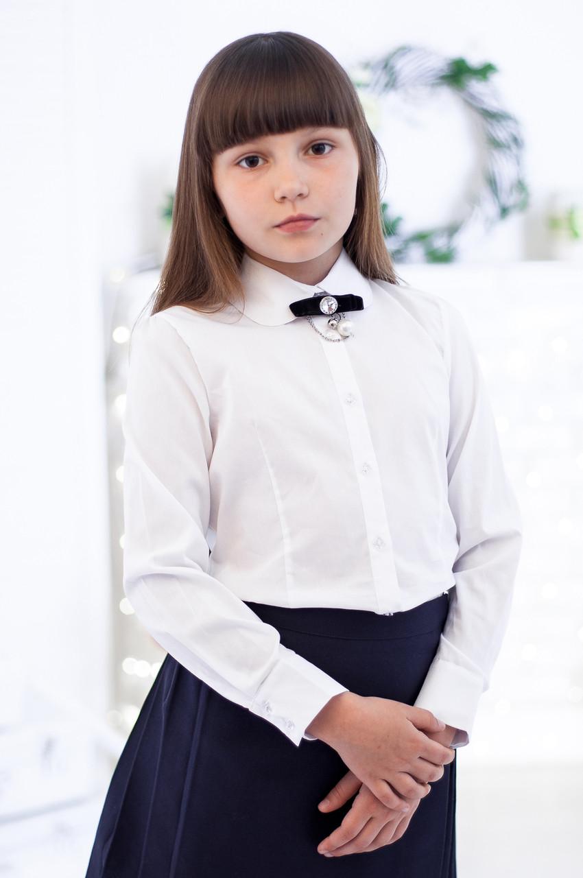 Белая полуприталённая блузочка с брошью 140