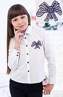 Блузка школьная с декором  в виде вышитого банта