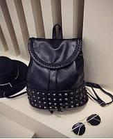 Черный рюкзак с заклепками.