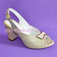 Босоножки женские на каблуке из натуральной лаковой кожи бежевого цвета. 39,40 размер