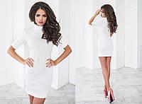 Короткое облегающее белое трикотажное платье