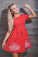 Платье с короткими рукавами с машинной вышивкой