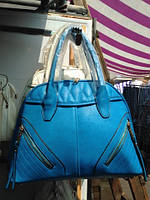 Женская сумка, украшенная спереди двумя молниями