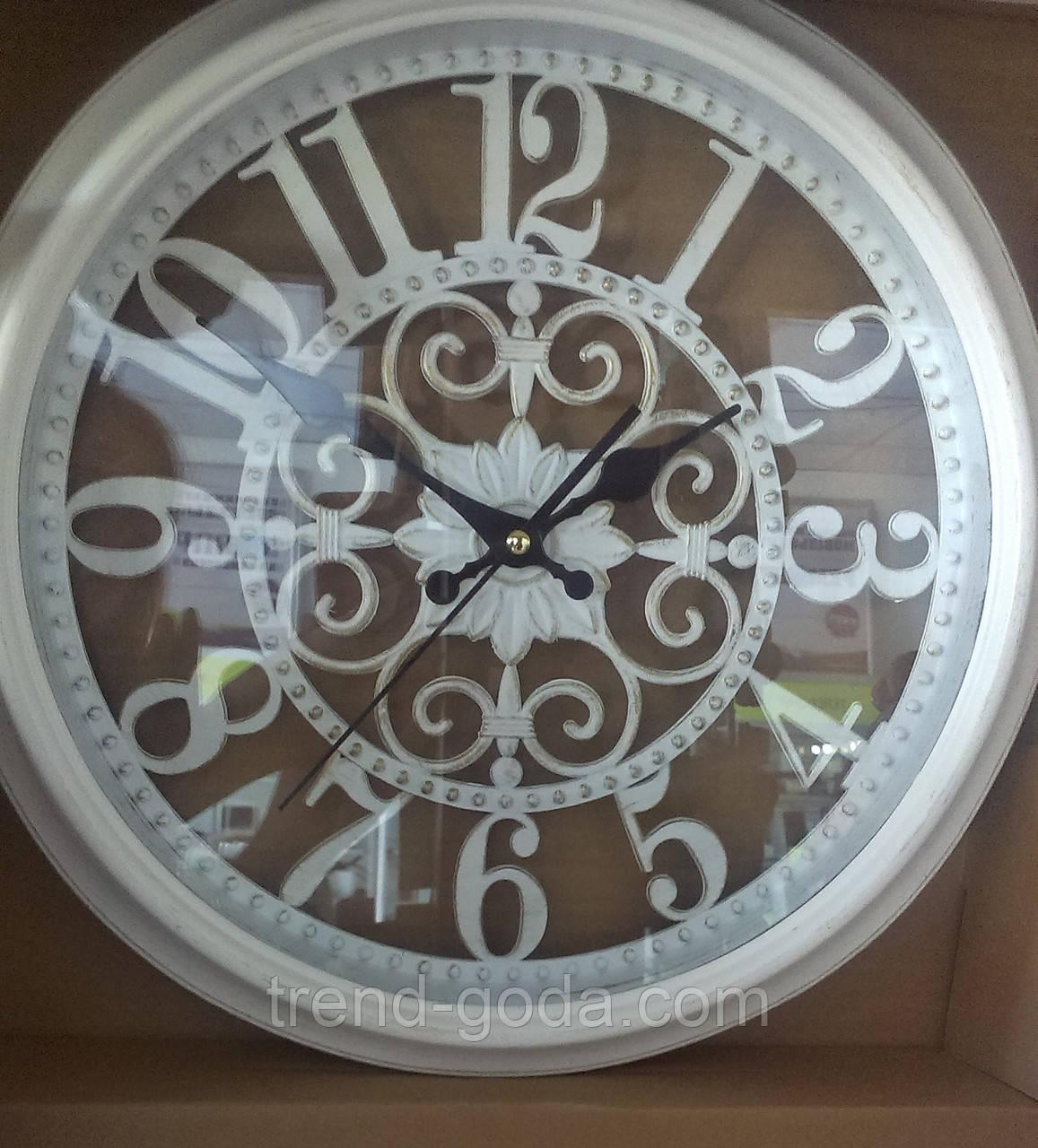 Часы белые с затертостью,настенные