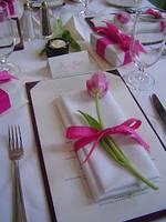 Оформление цветами салфеток и бокалов молодоженов, свадебная флористика и декор