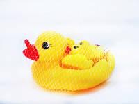 Игрушка-пищалка для купания Утка с утятами 509