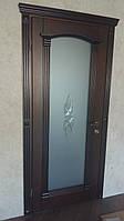 Деревянные двери с витражом и барельефом