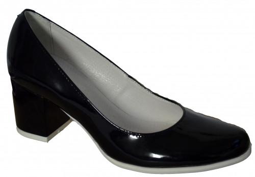 Женские черные лаковые туфли на невысоком устойчивом каблуке