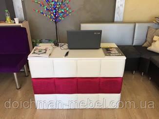 Стол ресепшн в ткани для магазина или приемной