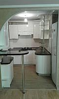 Кухня радиусная, белая, глянцевая, с барной стойкой, фото 1