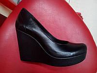 Кожаные туфли лодочки на танкетке LEXI чёрные.