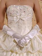 Перчатки белого цвета с драпировкой