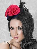 Черная шляпка с красным цветочным декором