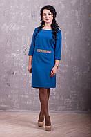 Яркое женское платье цвета электрик