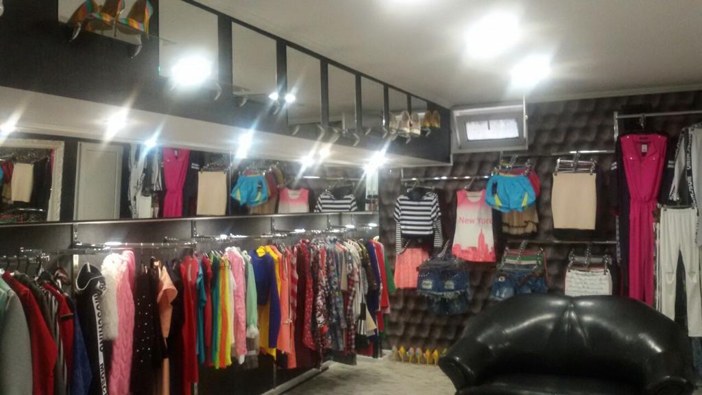 В полном сборе. Торговое оборудование для магазина одежды с товаром.