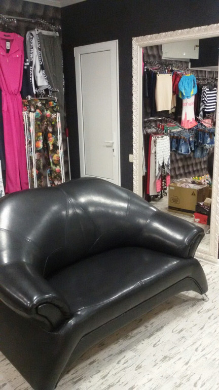 Мягкий диван черного цвета для магазина одежды. Ваши посетители смогут отдохнуть пока их жены подбирают себе что-то в вашем магазине :)
