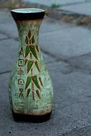 Красивая ваза в китайском стиле с ветками бамбука.