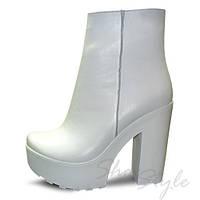 Ботинки женские белые из натуральной  кожи на высоком устойчивом каблуке