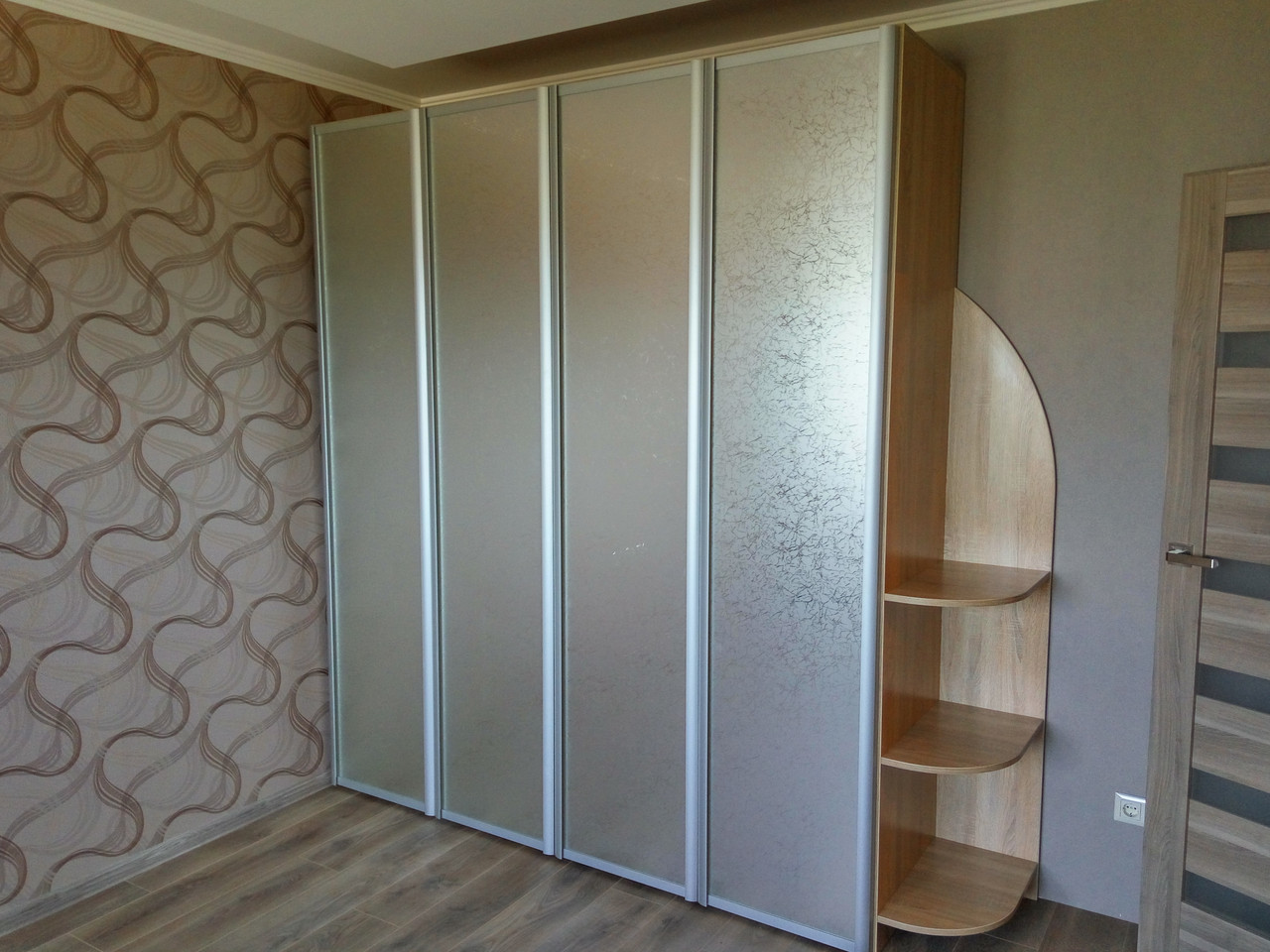 Шкаф со складными дверями Komandor