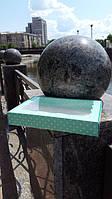Цветная коробка на фоне набережной