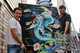 Декоративная мозаика дракон из кусочков цветного стекла