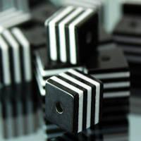 Бусины из Смолы полосатые, Кубики, Цвет: Черный, Размер: Длина 8мм, Ширина 8мм, Толщина 8мм, Отверствие 1.5мм, (УТ000004954)