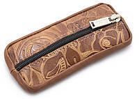 Удобная кожаная ключница на молнии коричневого цвета с узором (100666)