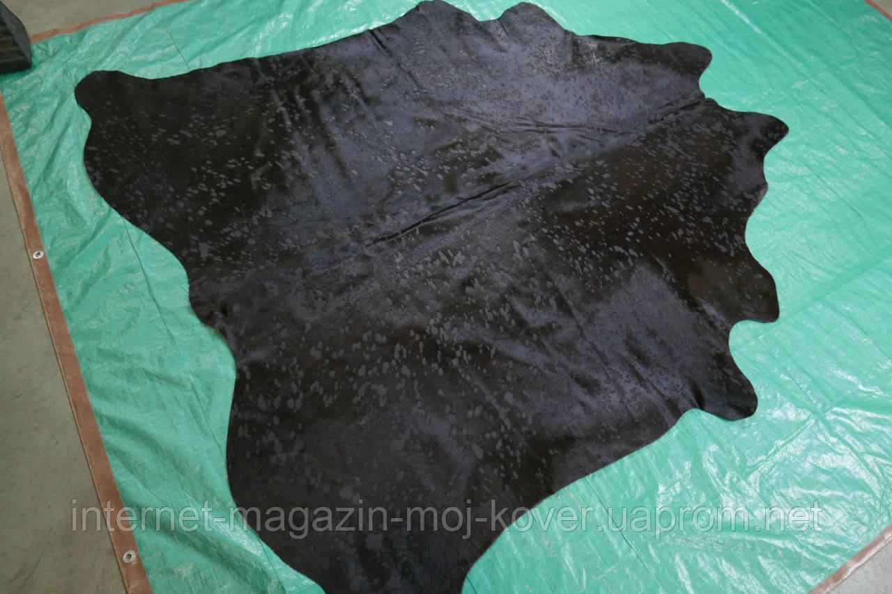 Коровья шкура черная с удаленными местами шерсти в Украине