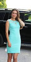 Женское платье с гипюровыми вставками мятное
