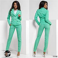 Стильный брючный костюм: пиджак и брюки. Пиджак с фальш-карманами, спереди застегивается на пуговицы.