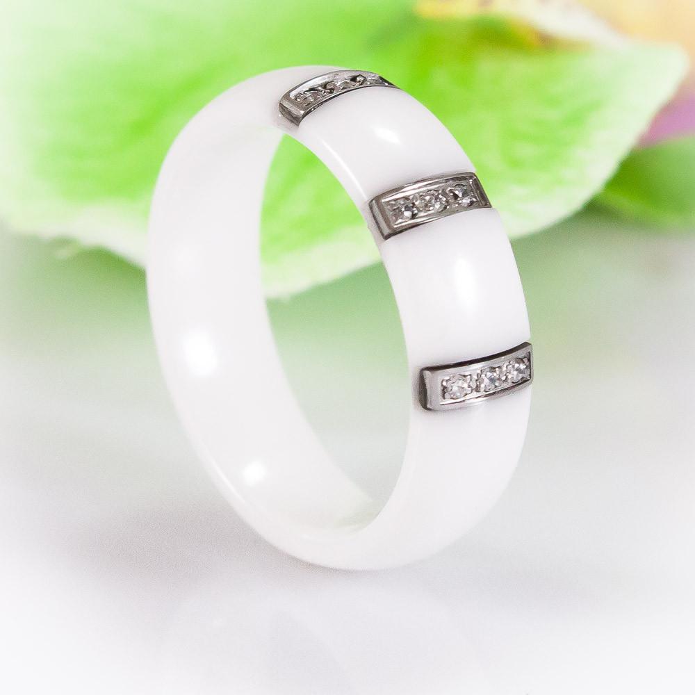 Белое керамическое кольцо с кубическими цирконами