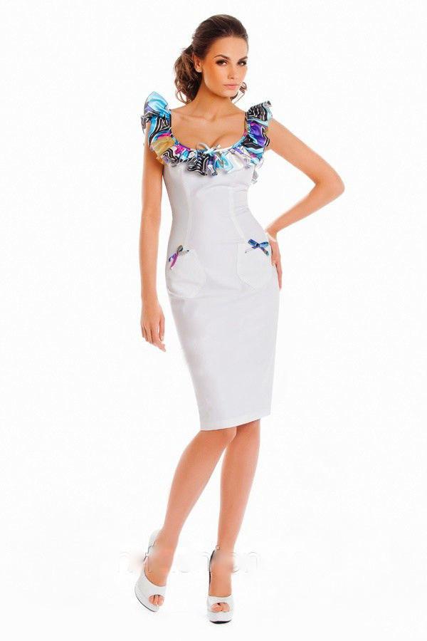 Белое платье с цветным воротником