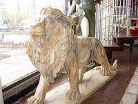 Мраморная статуя льва