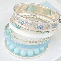 Набор браслетов в бело-голубых цветах