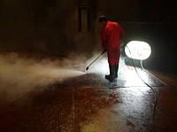 Собственный пар температурой до 145 градусов Цельсия под давлением до 90 бар производит зачистку ( очистку ) л